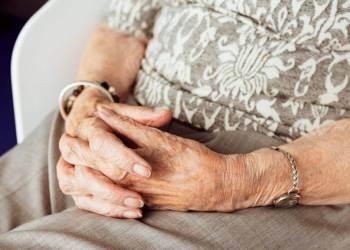 mans tercera edat gent gran ajudes