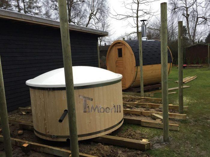 Vildmarksbad I Glasfiber Med Indvendig Ovn Wellness Basic Med Udendørs Sauna Tønde I Træ Til Haven, Christina, Gilleleje, Danmark