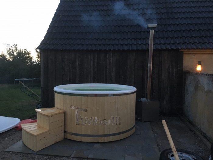 Vildmarksbad I Glasfiber Termotræ Med Udvendig Ovn, Christina, Danmark