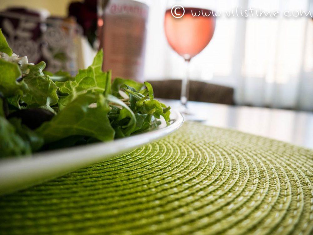 Зелена салата с козе сирене и семена