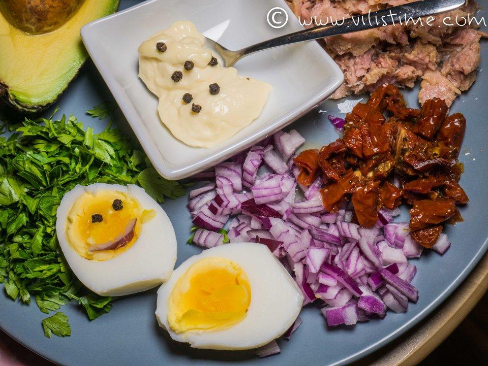 Салата от риба тон, авокадо и сушени домати с много лимон