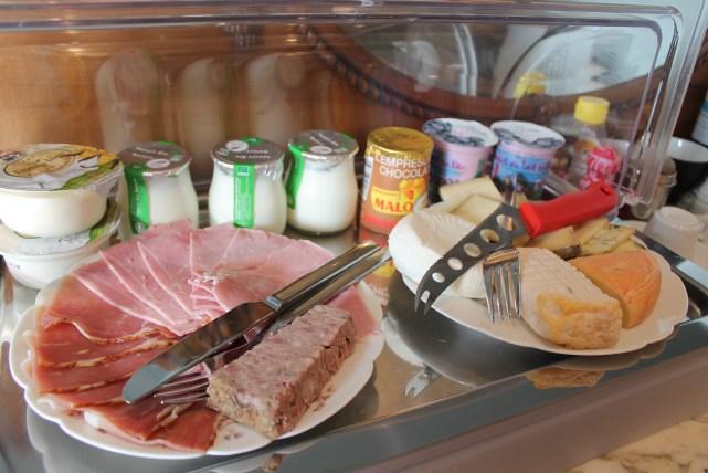 b&b& villa leyane à colmar alsace petit dejeuner avec viennoiseries et charcuteries locales bio