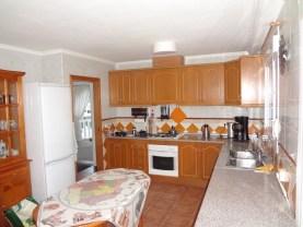 Alles is in de keuken zoals ovengas, gaskookplaat, koffiezet apparaat, koelkast