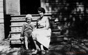 Isäni Pekka ja kotiapulainen Eeva hirsimökin portailla 1934