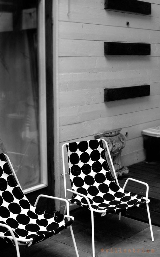 Valmiit tuolit mustavalkoinen kuva