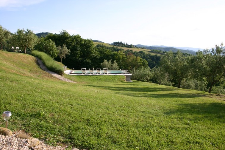 Gardens at villa for rent in Umbria