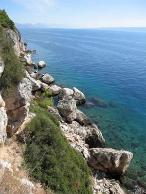 Makarska: die schriffe Felsküste an der dalmatinischen Küste in Kroatien. Foto: www.nikkiundmichi.de