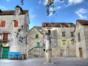 Kastela: Histroische Gebäude rahmen den pittoresken Marktplatz ein.