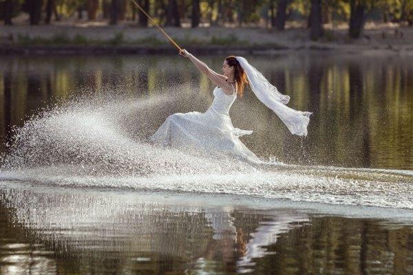 Partenza stravagante di una sposa che fa sci nautico.