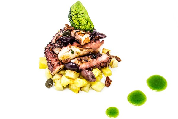 Il Polpo Piastrato con patate, olive di Gaeta, pomodorini secchi e mentuccia