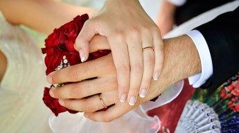 Lo scambio delle fedi durante la cerimonia di nozze