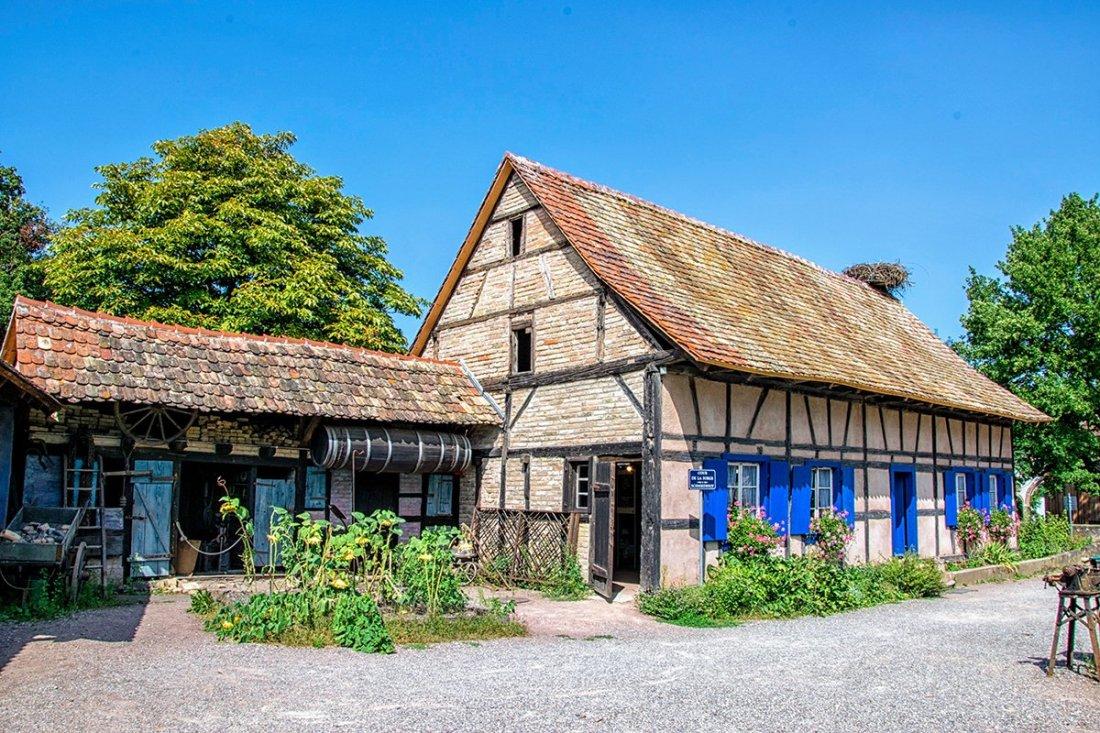 Volets bleus sur ferme d'Alsace