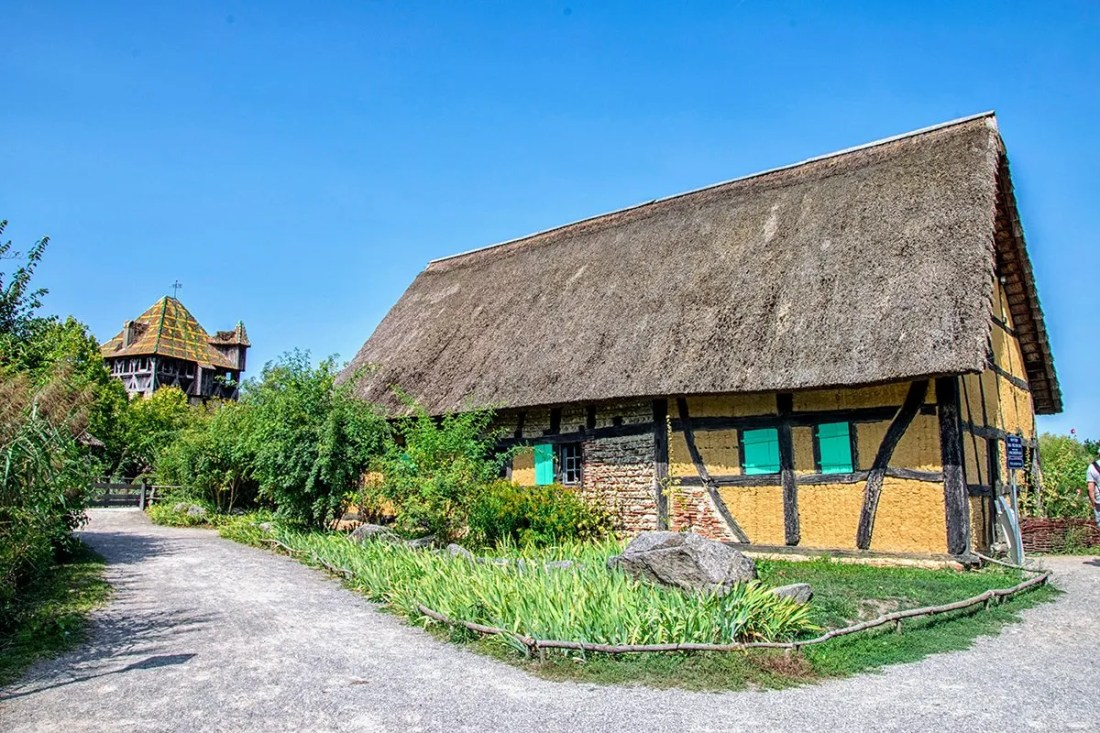 Vieille maison Alsacienne et la tour de l'Ecomusée