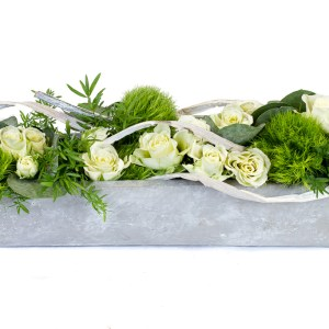 Composition en longueur avec des roses blanches, des œillets poètes