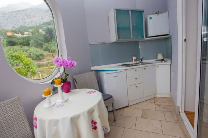 Kitchen with mountain and sea view
