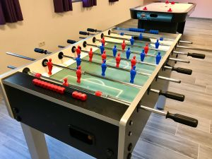 speelruimte met kickertafel en tafelhockey