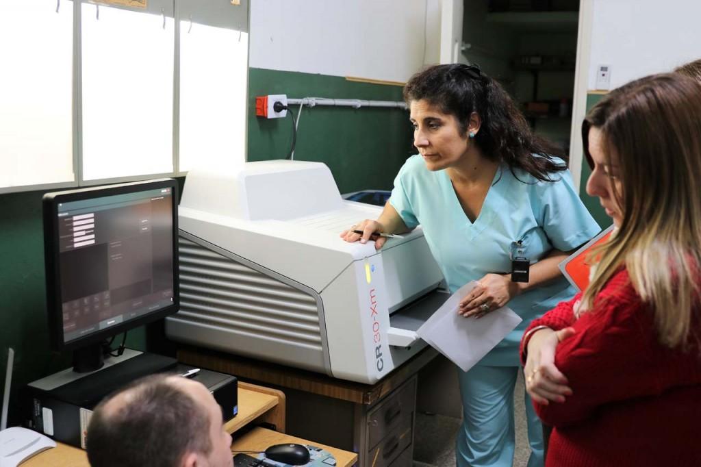 Personal de enfermería capacitándose para utilizar el nuevo digitalizador