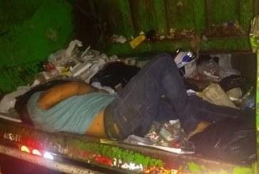 Hombre borracho chocó su moto contra carro de basuras y se quedó dormido