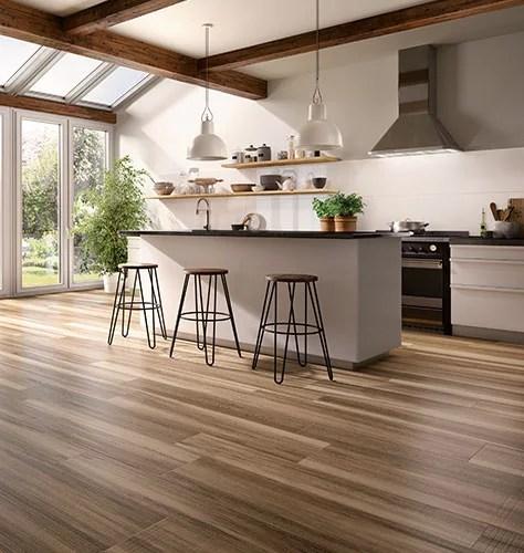 die kuche ist in skandinavien nicht nur ein funktionsraum sondern das zentrum des familienlebens eckbanke auf einem rustikalen dielenboden und eine