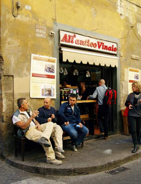 Hommes buvant du vin au bistrot