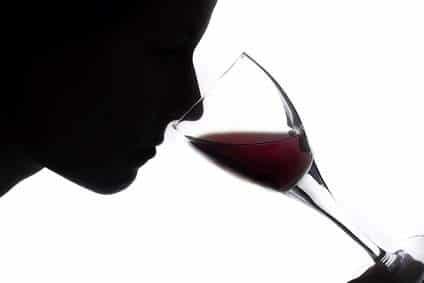 Femmes qui sentent un verre de vin rouge