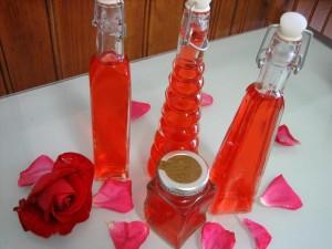 Des roses rouges pour fabriquer du vinaigre de rosat pour prendre soin de votre visage