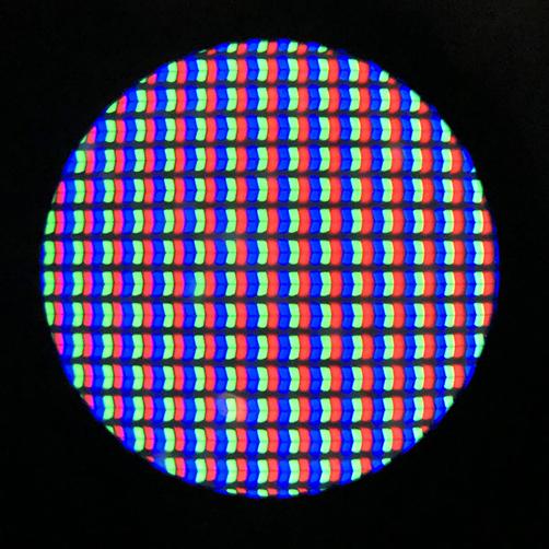 Des rayons de lumières colorées sont juxtaposées sur l'écran de l'ordinateur; ils fusionnent pour donner l'illusion du blanc.