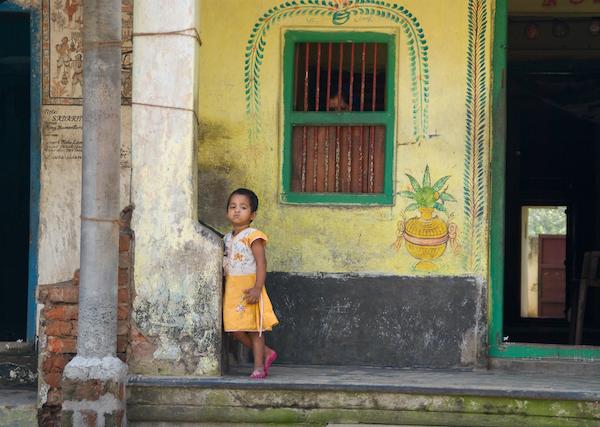 Vinciane Lacroix, Fillette et Maison décorée en Inde (CC-BT-SA 2.5)