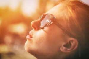 woman using sun glasses