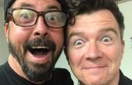 Foo Fighters y su 'nuevo mejor amigo' Rick Astley, hacen 'Never Gonna Give You Up' en directo