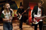 Miley Cyrus y Mark Ronson, estrenan el vídeo de 'Happy Xmas (War is Over)', junto a Sean Ono Lennon