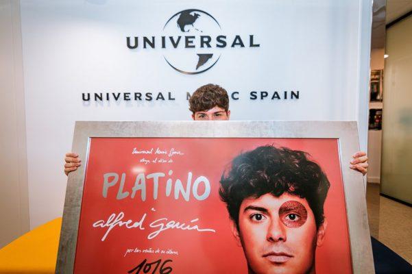 Alfred García recibe de manera oficial su disco de platino por '1016'