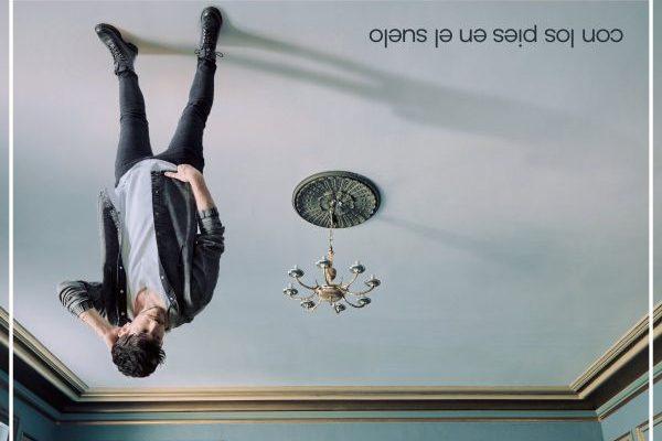 Cepeda juega con el título de su nuevo álbum, y se marca otra portada marca de la casa, para 'Con Los Pies En El Suelo'