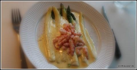 Hvide asparges fra Søren Wiuff, eller grønne asparges? Sauce mousseline og friske rejer...