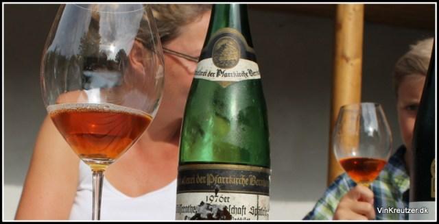 Vinekspert med riesling i glasset