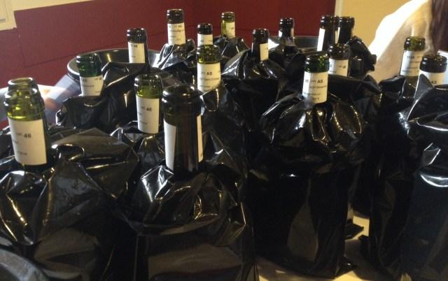 Vine pakket ind. Information til os som smagere: årgang og  appellation