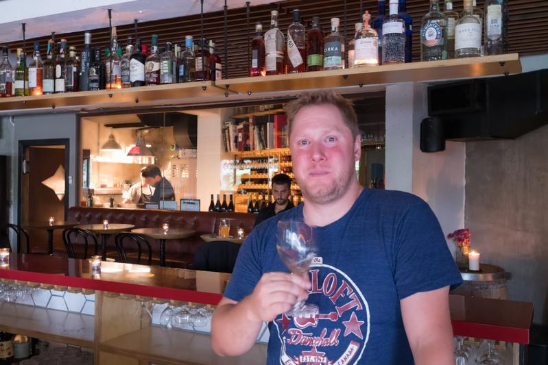 Cassady Sniatowski derrière le bar du Loïc