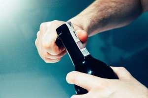 come si stappa una bottiglia