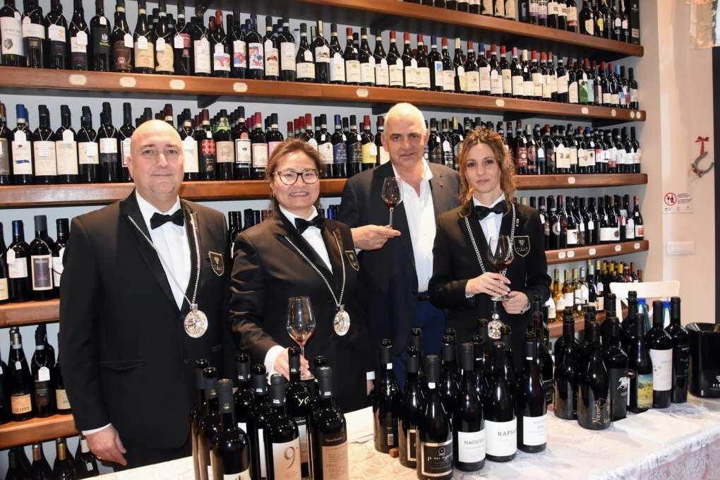 Sommelier Fisar Firenze al servizio per la degustazione di vini greci
