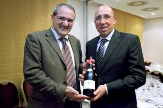 El Master of Wine Pedro Ballesteros junto con Marcos Eguren