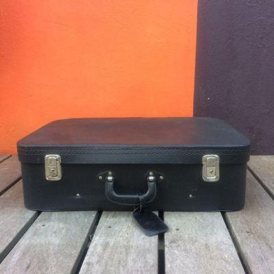 Valise vintage noir intérieur satin rouge