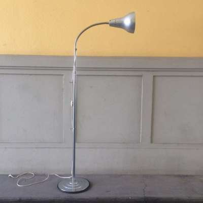 ancien lampadaire en métal chromé à hauteur variable
