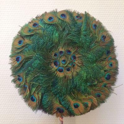 Eventail circulaire en plumes de paon