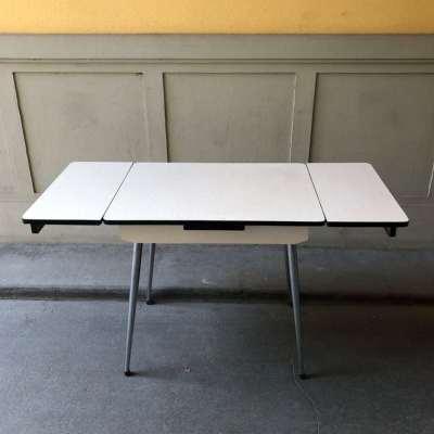 Table formica pieds fuseau
