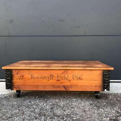 Table basse coffre bois sur roulettes