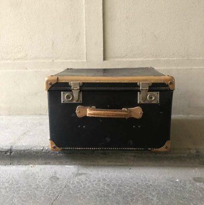 malle en carton noir vintage