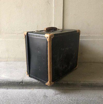 Ancienne malle en carton noir