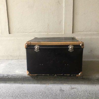 Ancienne valise en carton noir
