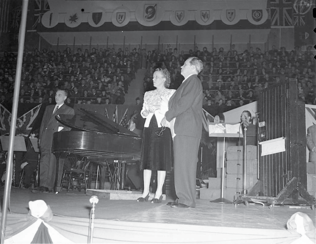 American radio stars Fibber McGee and Molly perform during a Victory Loans Rally in 1945.