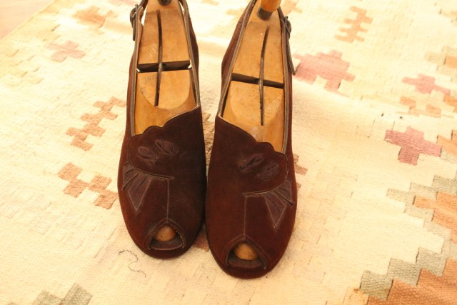 Vintage 1940s Shoes /// Chocolate Suede Peep Toes